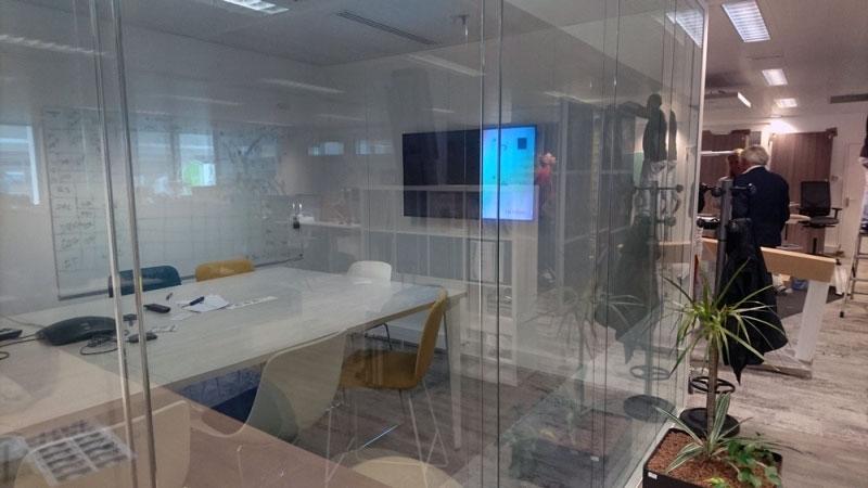 Film d'intimité d'écran et réunion (gauche) et vitre sans film (droite)